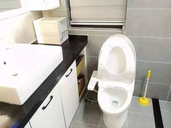 13,台盆和马桶之间的距离靠的太近了,洗手时很容易把水溅到马桶上.
