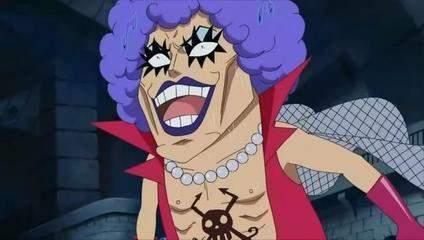 人妖紧身衣束缚做爱_浓密的眼睫毛,紫色的唇彩;衣着相当怪异:网格丝袜和斗篷,紧身超低胸