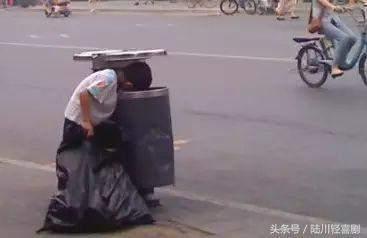 mg电子游戏官网:八岁儿子捡垃圾养活疯掉的母亲