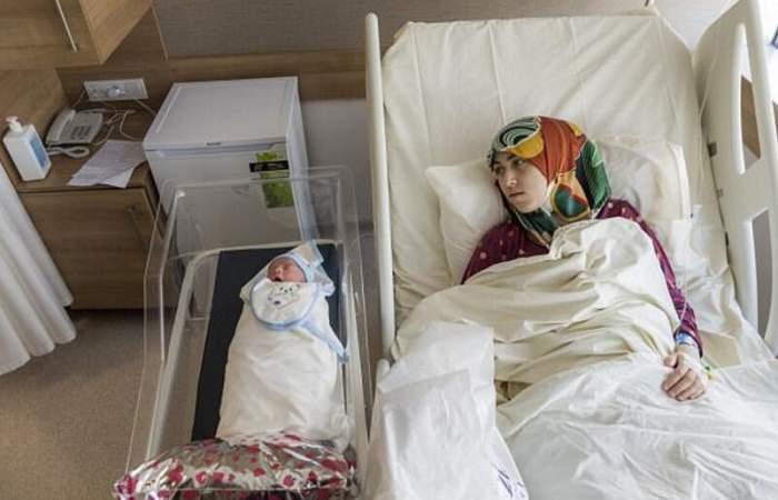 90后女儿和42岁的母亲, 在同一天生宝宝, 医院护士都羡慕不已