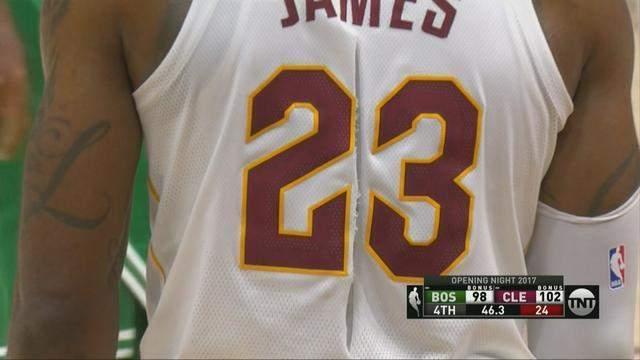 澳门葡京网址:詹姆斯球衣被撕成两半,_Nike球衣咋这么脆?