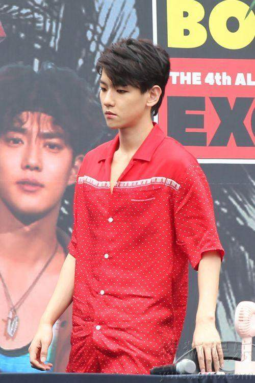 EXO签售会粉丝太疯狂,<wbr>把路围堵的水泄不通