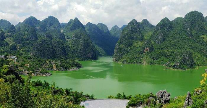 """地处少数民族聚居的""""滇,黔,川,桂""""四省结合部,属亚热带季风湿润气候."""