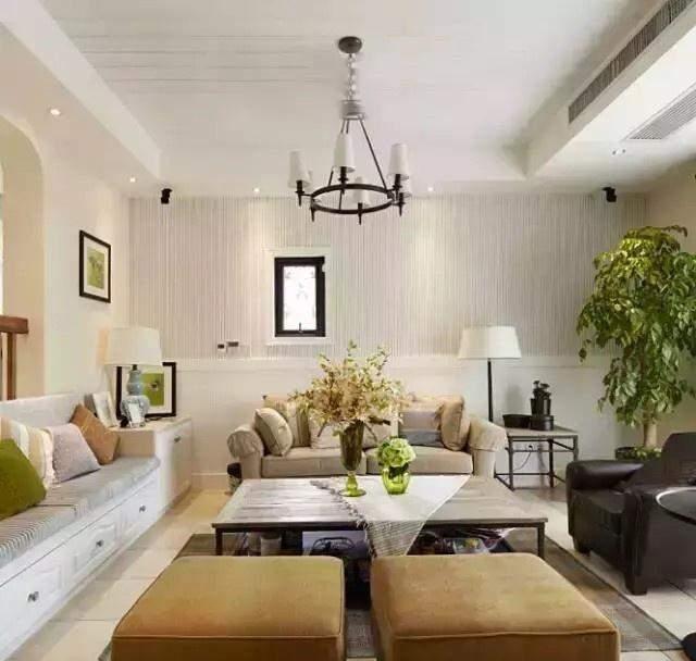 客厅的背景墙采用简洁的拉丝效果墙纸装饰而成,还挂了一幅简约的黑框