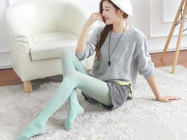 丝袜搭配黑白小格子短裤,小清新范儿十足,绝对是走萌系风格的可爱妹