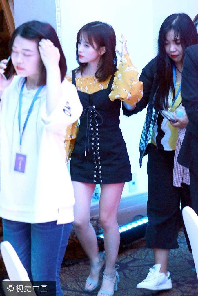 鞠婧祎现身酒店街拍, 穿吊带裙显甜美, 网友: 脸蛋很棒, 身高是硬伤