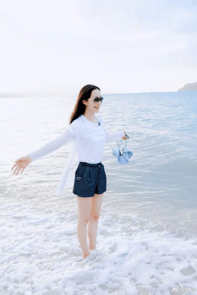 """韩雪回应""""老公太老"""", 海滩度假秀长腿, 心情大好"""
