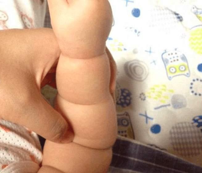 有一种胖叫宝宝的手臂, 胖呼呼得像一节莲藕, 看着却好可爱