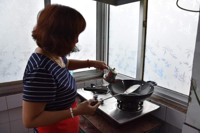 新疆时时彩官网投注妻子在家做菜款待来客_亲戚直夸菜做的好吃