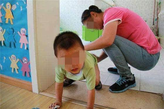 上幼儿园的女儿裤子里有臭臭, 宝妈在校园群里提出疑问, 最后老师这样