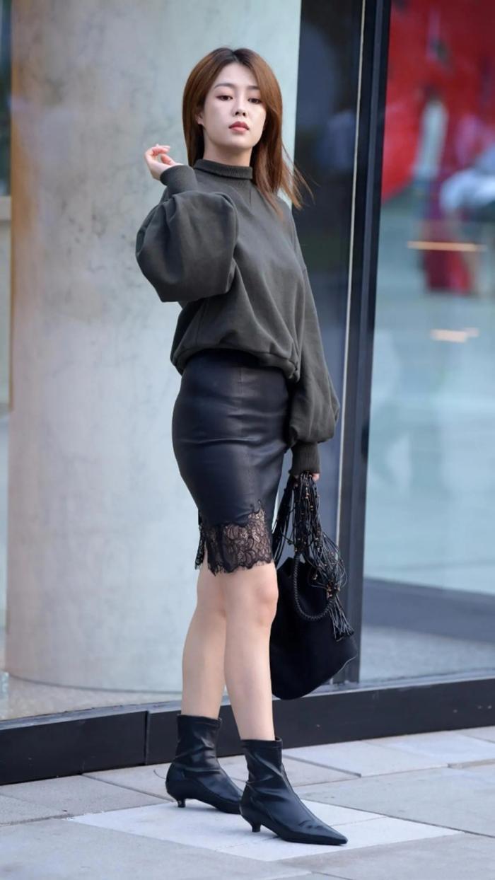 黑色小皮裙+卫衣穿搭,搭配尖头低跟短靴