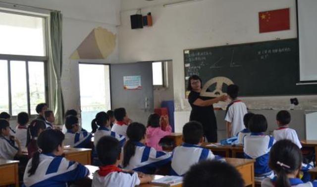 """教育部一再表示:禁止教师""""有偿补课"""",家长对此意见不一致"""