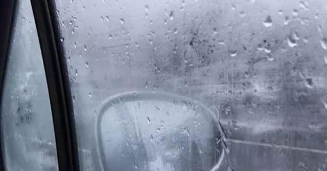 开车时车窗起雾怎么办,车内车窗起雾怎么办