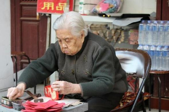 102歲姥姥告訴我:藥店1.5元的藥膏,搽一點,美白淡斑輕而易舉