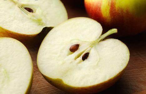 """睡前吃苹果等于吃""""毒药""""? 养生专家: 告诉你吃3种食物的正确时间"""