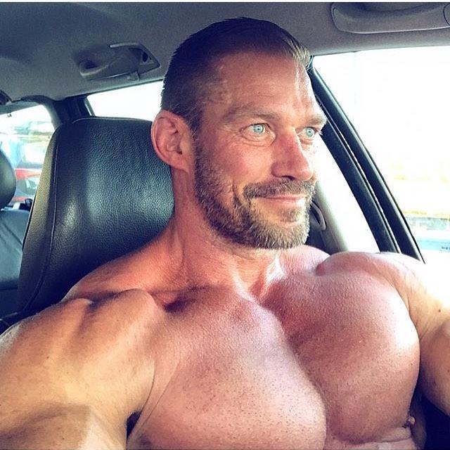 不用杠铃也能轰炸胸肌,学会这几个动作,让你的胸肌变得更大