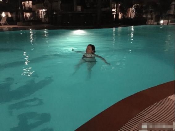 妹子传来游泳的照片,结果…这姿势真的绝了哈哈哈哈!