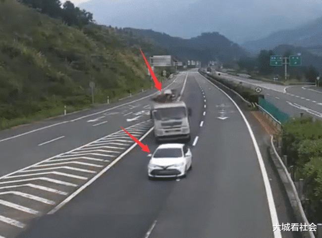 高速上突遇货车变道怎么办,车太多不能变道怎么办