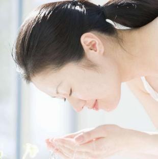 皮肤暗黄粗糙,原来跟洗脸水的温度有关,大部分人都做错了