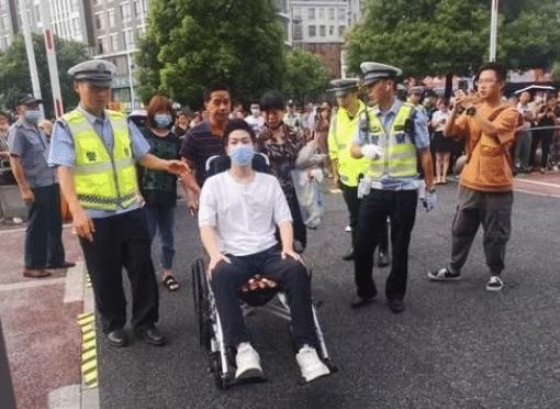 还记得坐轮椅参加高考桂浩吗?他的高考成绩出来了