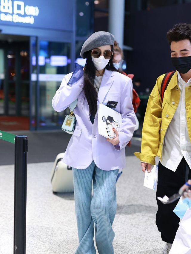 范冰冰机场换风格,穿香芋紫西装配牛仔裤,女王终于接地气一回