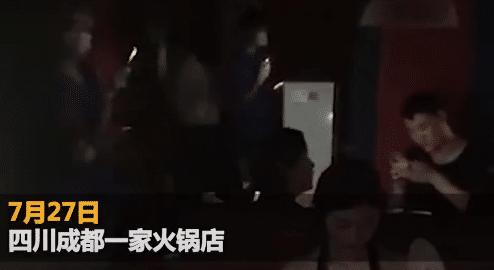 火锅店停电服务员给食客扇扇子降温 老板:扇了两个多小时