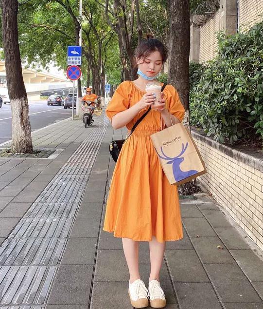 小个子女生穿搭指南,橙色连衣裙超亮眼,裤腿挽起秒变大长腿