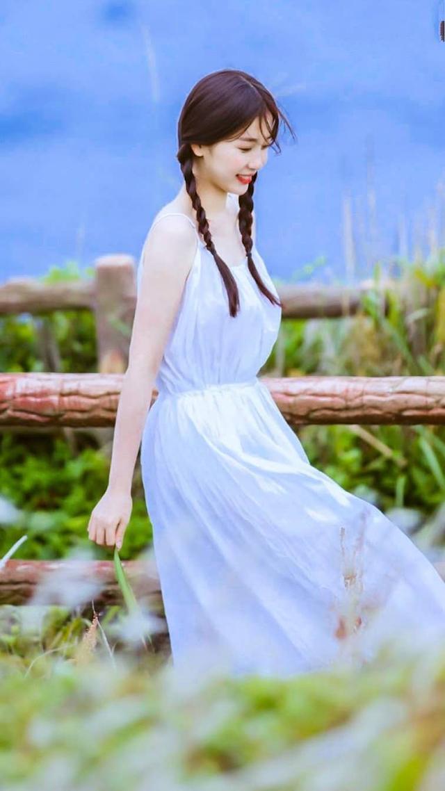 虞书欣穿搭变低调,一袭法式蓝色波点连衣裙上身,化身妩媚小女人