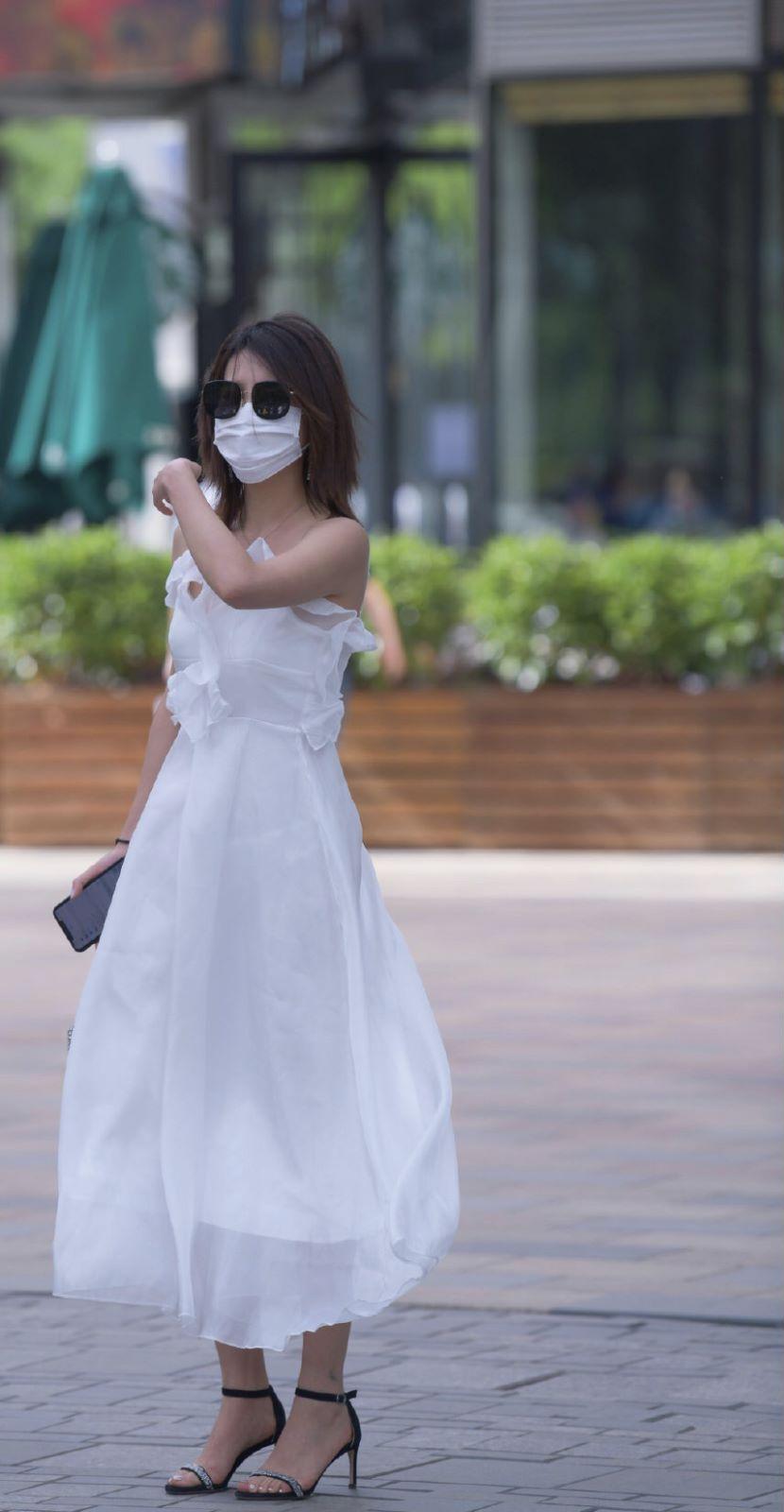 蕾丝连衣裙是一种时尚,让街头美女更时尚,性感又高雅