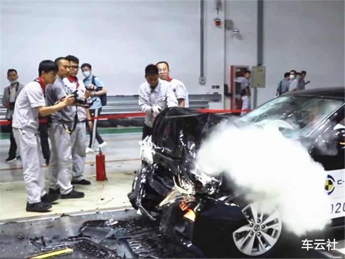 日产天籁碰撞测试视频,天籁碰撞测试起火