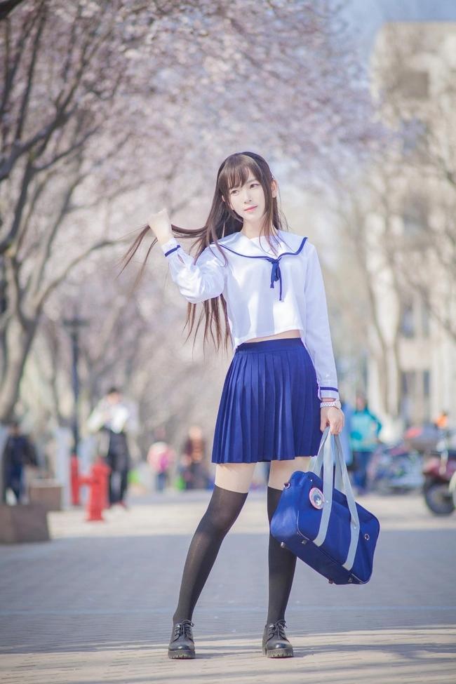 清纯学生装短裙美女,樱花时节赏花观美女是一种享受