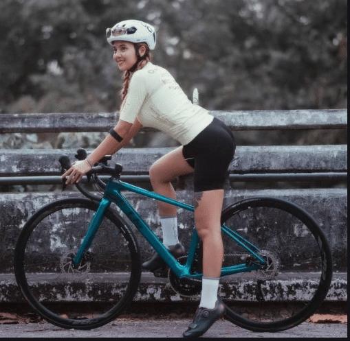 泰国女孩单车照爆红,胸那么大不会影响空气动力学吗