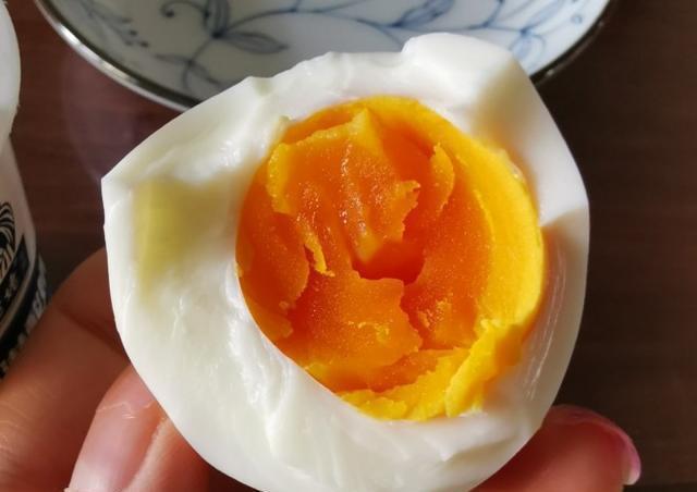 煮水煮蛋时,多加一样食材,鸡蛋不破壳,营养不流失,10秒钟剥好