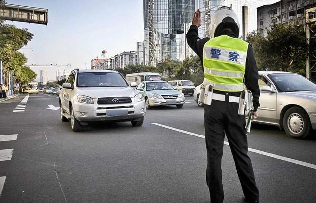转弯未让直行罚款,左转弯不让直行 交警判主要责任