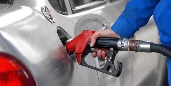 车子加满油后感觉没力,车保养前加满油还是空油好