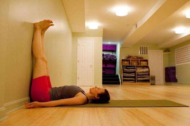 女性每天晚上靠着墙抬腿5分钟,一周以后,这些好处不请自来!