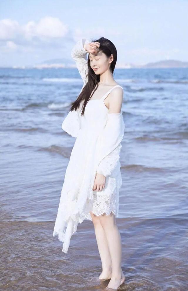 """被誉为""""旗袍女神""""的宋轶,肤白貌美气质佳,私下穿搭却令人吃惊"""