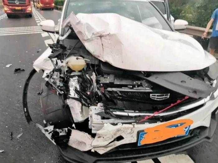 被追尾安全气囊会弹出吗,车撞了安全气囊没出来