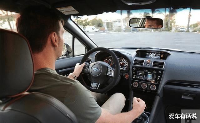 开车右手握方向盘,新手怎么握方向盘
