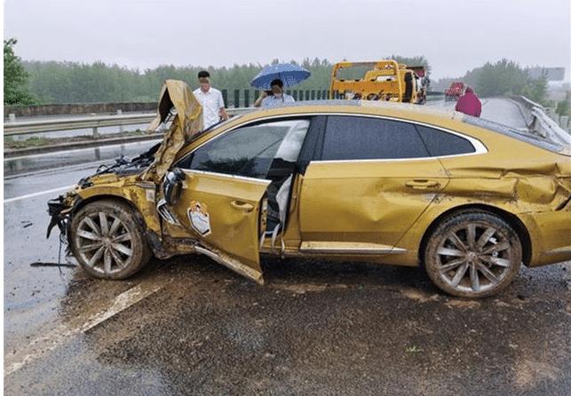 新车被撞了气囊都爆了,追尾气囊弹出严重吗