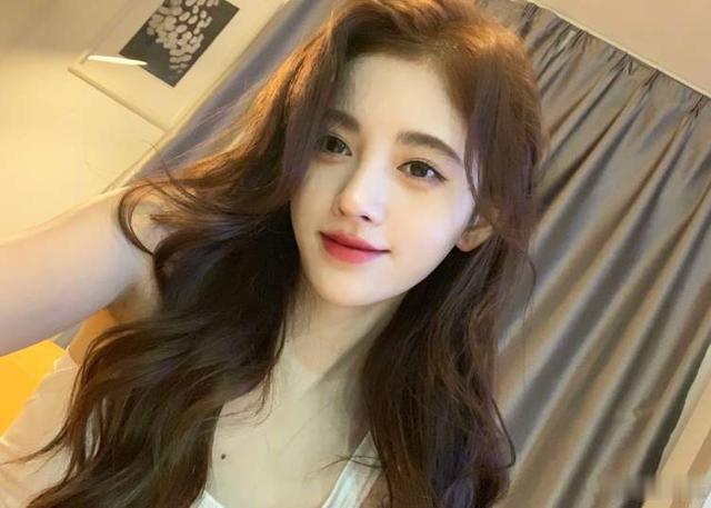 鞠婧祎晒怼脸自拍照,获赞上十万,低下头后,发量成焦点
