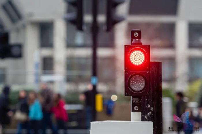 开车遇到红灯怎么停车,红灯一直亮算闯红灯吗