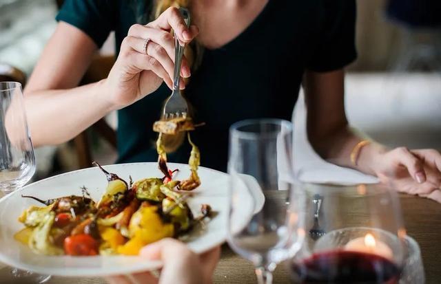 晚餐吃不对更影响寿命!做错2件事,可不仅仅是发胖