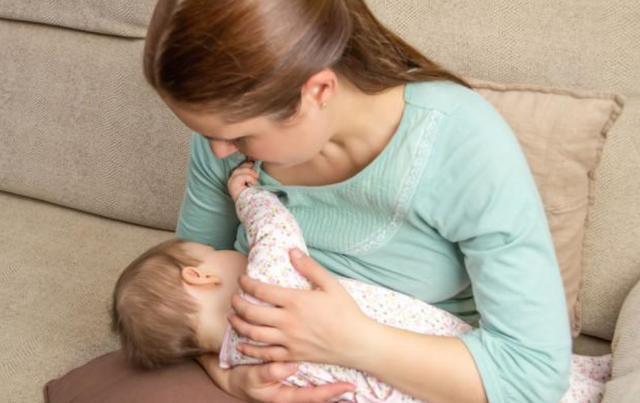 为什么宝宝吃母乳就睡,放下没一会就醒?背后原因太暖心