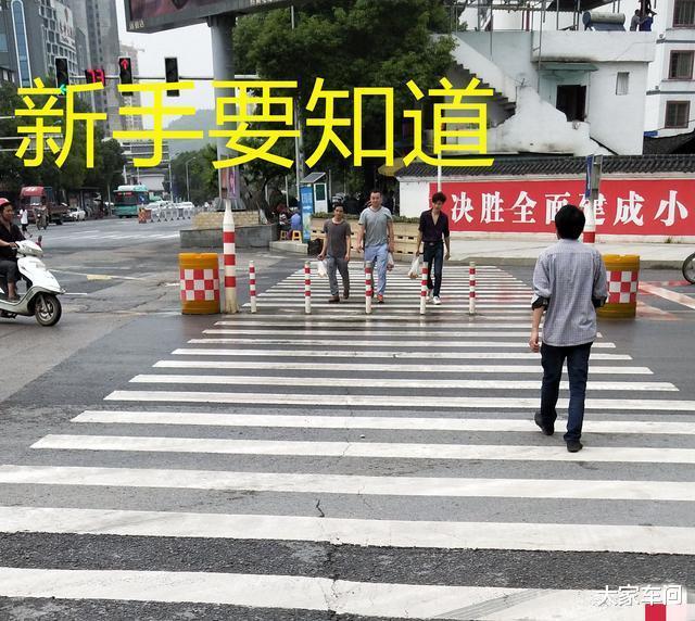 人闯红灯被撞机动车有责任吗,骑三轮车闯红灯被机动车撞责任划分