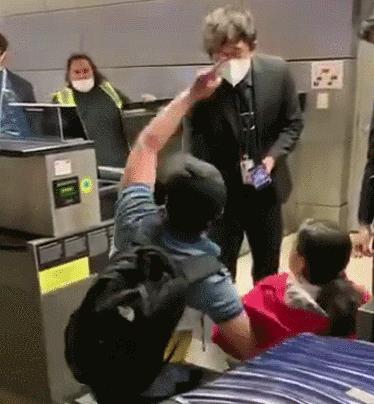 下跪求回国!华人夫妇机场嚎啕大哭:放我们上飞机吧,给你跪下