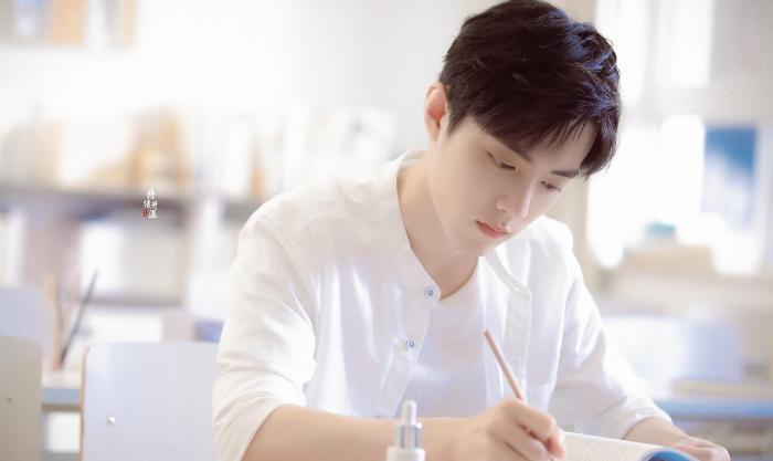 七夕浪漫将至,肖战为爱送上动人祝福,13秒视频由品牌官方发布
