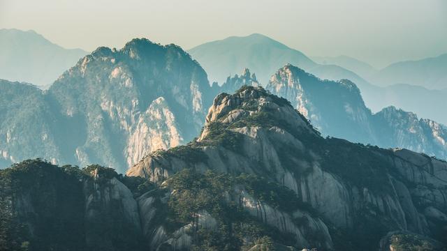 五岳之一的黄山,曾受明朝大旅游家的赞美,其赞美至今广为流传
