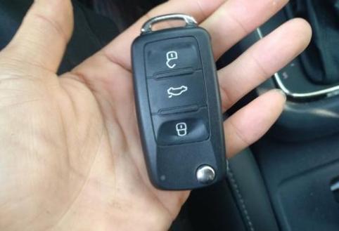 钥匙卡在锁里拔不出怎么办,钥匙断在锁里取出窍门