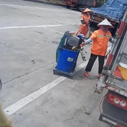 环卫工人阿姨偷拿凉薯全程被拍,货车司机不忍心惊动她!